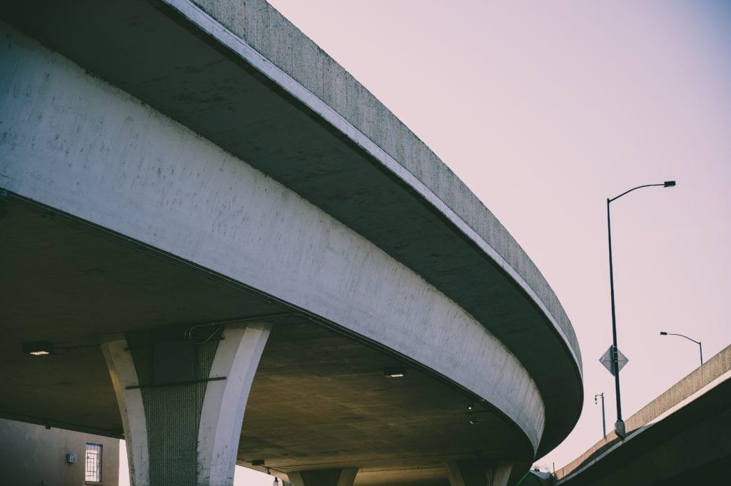 een viaduct van beton